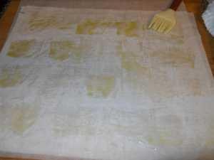 Untar la pasta filo con aceite.